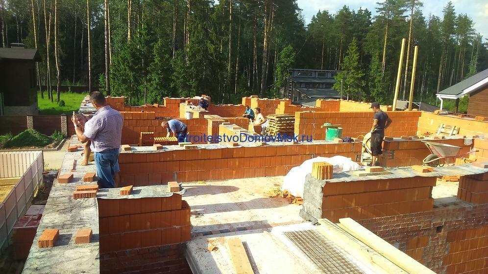На фото: строительство коттеджей из кирпича